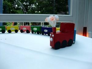 Eine aus Smartie-Schachteln gebastelte Eisenbahn